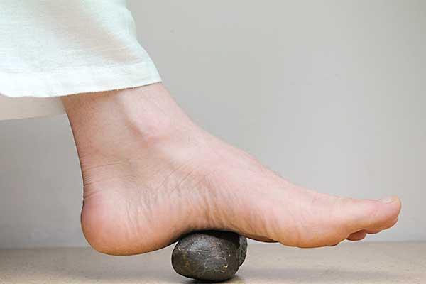 Fuß auf einem Stein